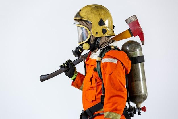 Feuerwehrmann mit axt in handuniform und bauarbeiterhelm feuerwehrmann mit feuerwehrausrüstung