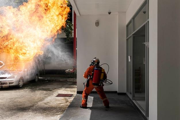 Feuerwehrmann mit feuerlöschpistole des rucksacks. notfall feuerrettung.