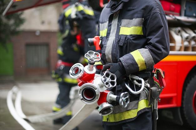Feuerwehrmann mit rohren