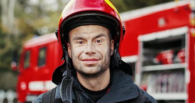 Feuerwehrmann porträt im dienst