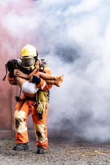 Feuerwehrmann rettet kind aus dem gebäude mit rauch