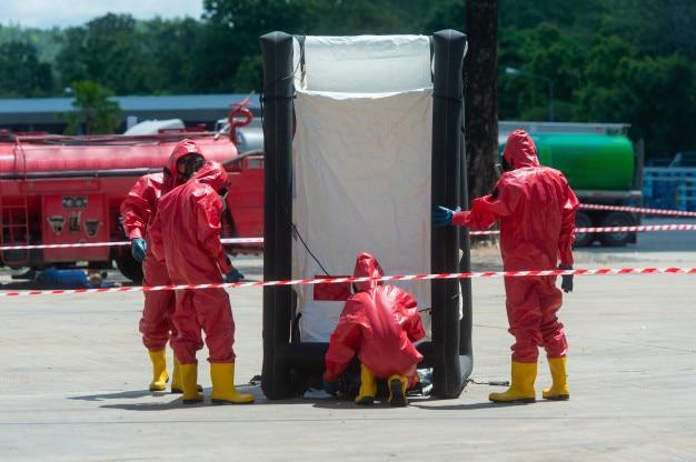 Feuerwehrmann und schutzanzug im heißen zonenzelt