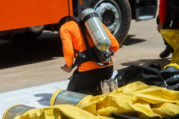Feuerwehrmann und schutzanzug
