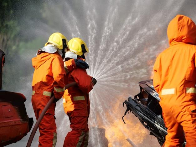 Feuerwehrmannspraywasser, zum des brennenden autowerkstatt-feuertrainings abzufeuern