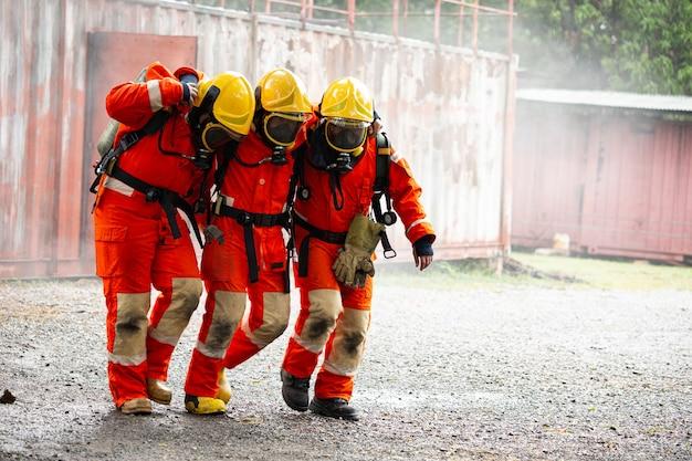 Feuerwehrteam unterstützt freund nach einem unfall in einem gefährlichen bereich. schutz und unterstützung gemeinsam. teamwork-konzept der kooperativen vereinigung.
