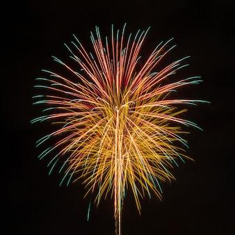 Feuerwerk am dunklen himmel