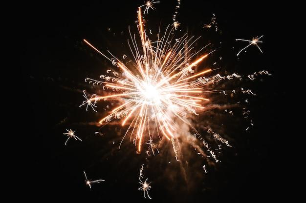 Feuerwerk am dunklen himmel.