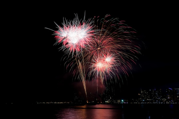 Feuerwerk auf see.