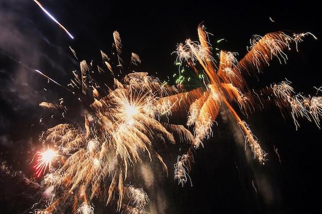 Feuerwerk-feier nachts - abstrakter feiertagshintergrund