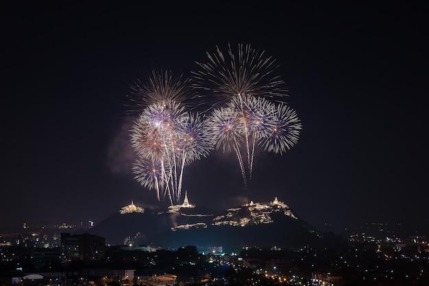 Feuerwerk festival in phra nakhon khiri in der provinz phetchaburi
