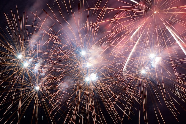 Feuerwerk, gruß mit dem schwarzen himmel