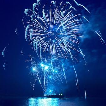 Feuerwerk, gruß mit dem schwarzen himmelhintergrund