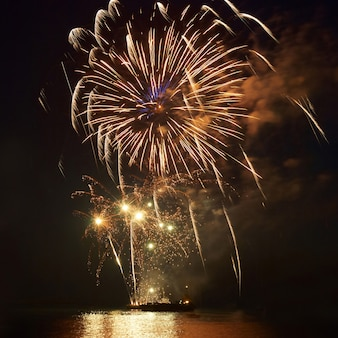 Feuerwerk, gruß mit dem schwarzen himmelhintergrund Premium Fotos
