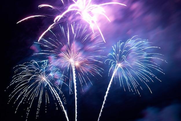 Feuerwerk, gruß mit dem schwarzen himmelshintergrund