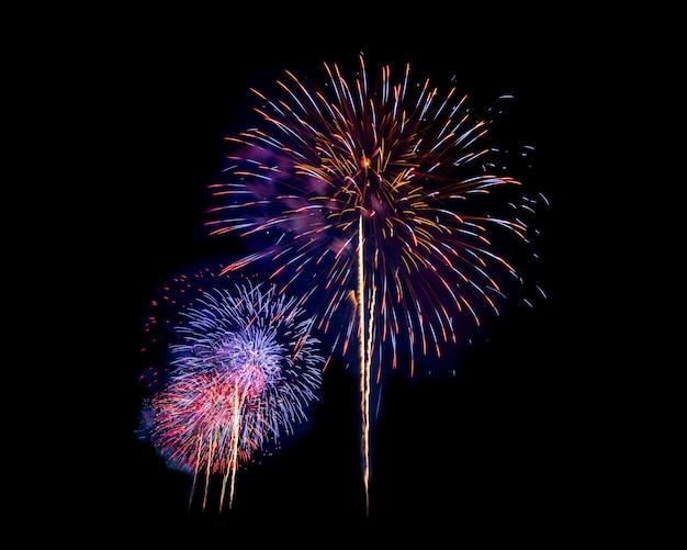 Feuerwerk in der nacht über dunklen himmel isoliert, um silvester und besonderen anlass an feiertagen zu feiern