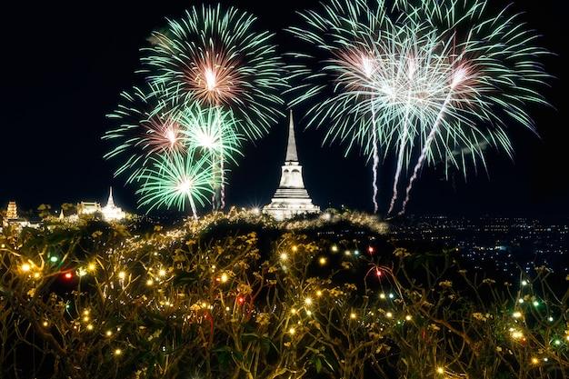 Feuerwerk in der provinz khao wang phetchaburi bei nacht