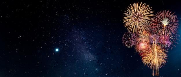 Feuerwerk mit nachthimmel-hintergrund