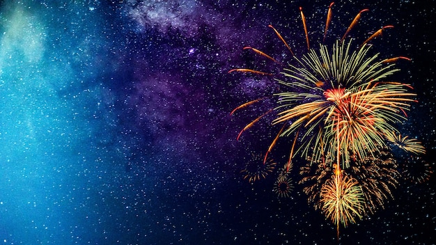 Feuerwerk mit unscharfem milchstraßenhintergrund