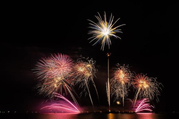 Feuerwerk schöne feier festival bunter countdown frohe weihnachten frohes neues jahr dunkler himmel funkeln glühend fröhliches jubiläum
