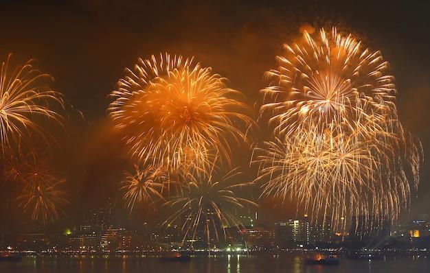Feuerwerk über dem see während des festivals.