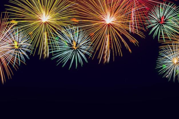 Feuerwerke auf hintergrund des nächtlichen himmels für weihnachts-, neujahrs- und feierthemakonzept.
