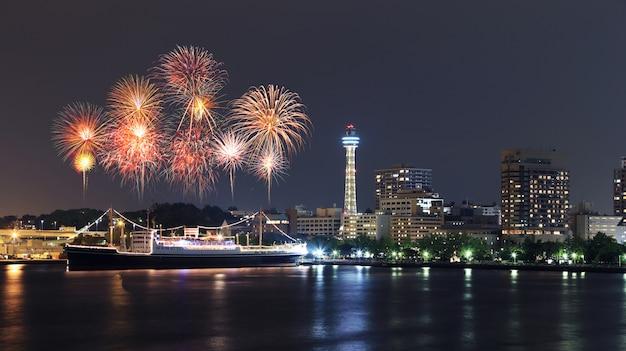 Feuerwerke, die über jachthafenbucht in yokohama-stadt feiern