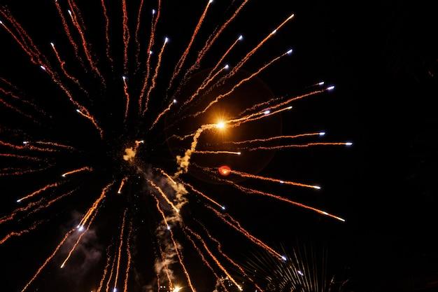 Feuerwerke fliegen wie pfeile im nachthimmel