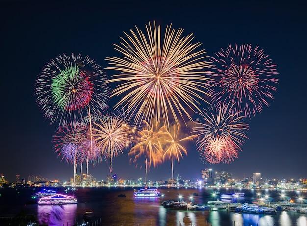 Feuerwerke über stadtbild durch den strand und das meer, die mit hotels, restaurant umgeben