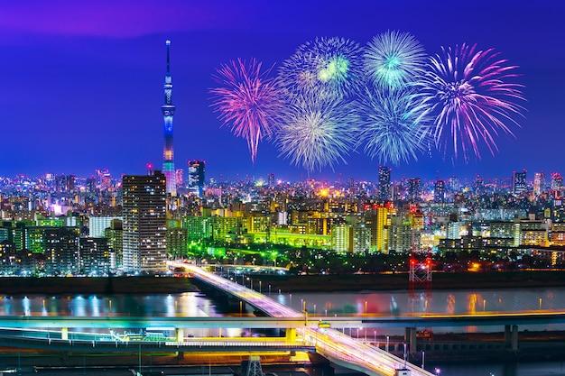 Feuerwerke über tokyo-stadtbild nachts, japan