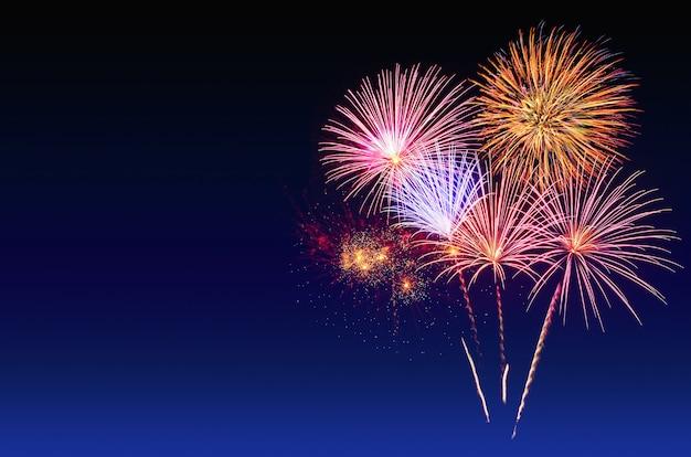 Feuerwerkfeier und der dämmerungshimmelhintergrund.