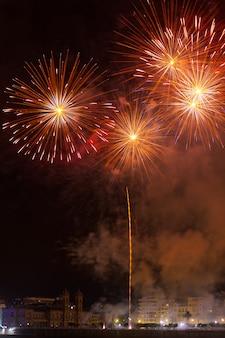Feuerwerksausstellung in der bucht von kontxa in donostia-san sebastian, baskenland.