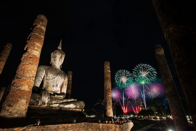 Feuerwerksbuddha im sukhothai historical park während des loy krathong light and candle festivals, wat mahathat tempel im bezirk des sukhothai historical park