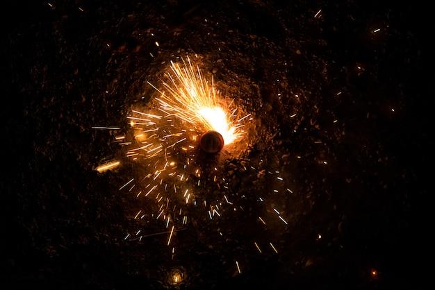 Feuerwerkskörper drehen die nacht mit ihren funken
