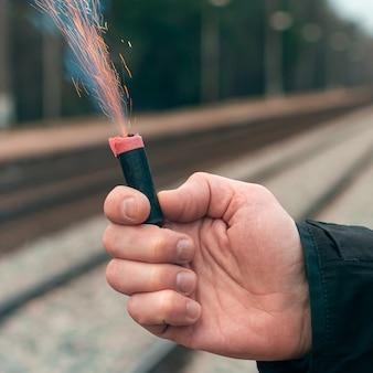 Feuerwerkskörper in brand setzen