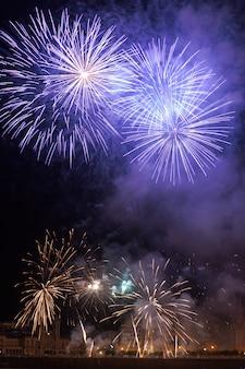 Feuerwerksnacht bei donostia san sebastian, pais vasco.