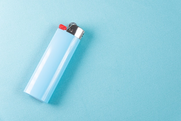 Feuerzeug auf blauem hintergrund - makro-detail