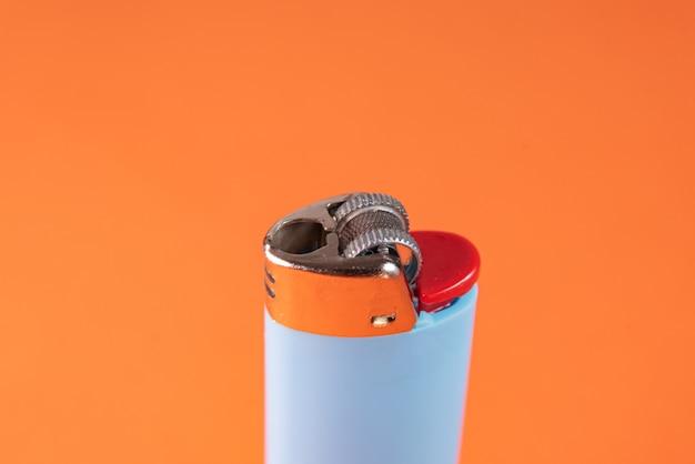 Feuerzeug auf orangem hintergrund - makro-detail Kostenlose Fotos