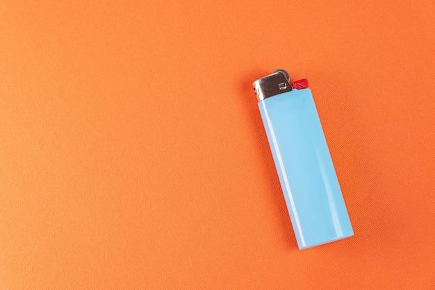 Feuerzeug auf orangem hintergrund - makro-detail