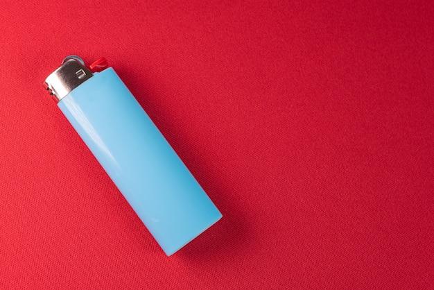 Feuerzeug auf rotem hintergrund - makro-detail