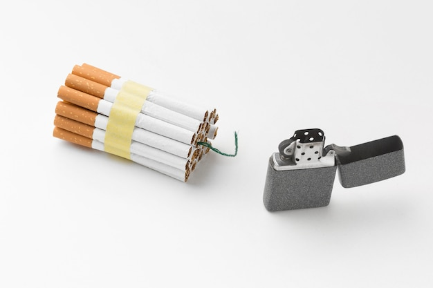 Feuerzeug und zigaretten mit fitil