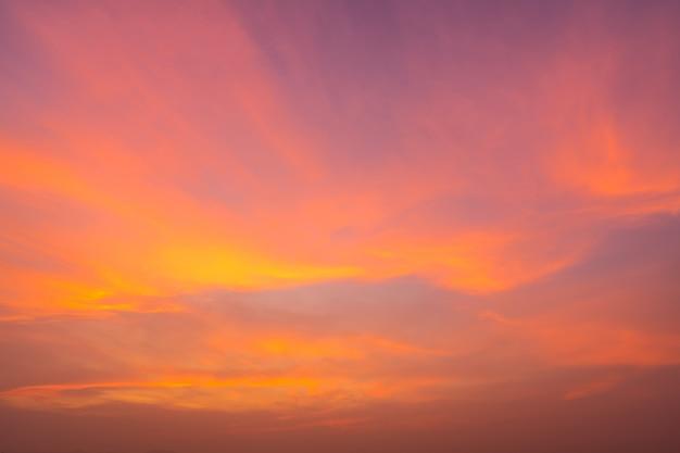 Feuriger orange schöner sonnenunterganghimmel