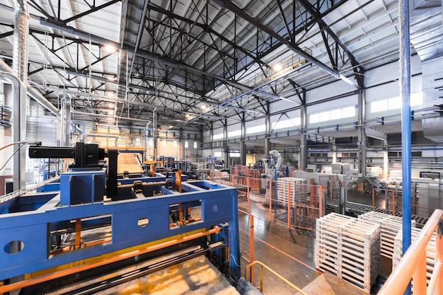 Fiberglasproduktionsindustrieausrüstung am herstellungshintergrund, weitwinkelobjektiv