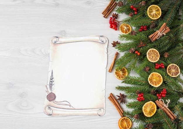 Fichte, zimt, orangenscheiben, rote beeren, anis und zapfen, papierbogen - brief an den weihnachtsmann