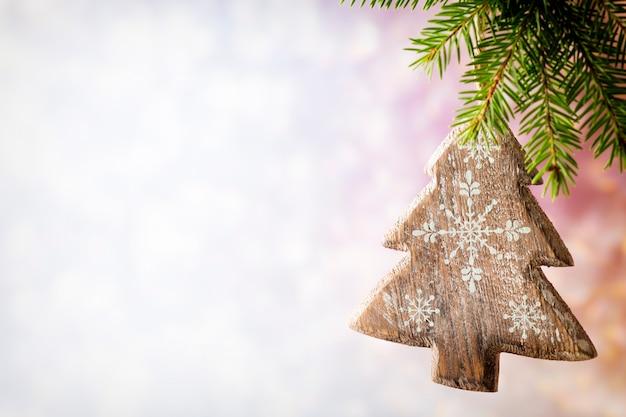 Fichtenzweig mit weihnachtsschmuck auf grauem hintergrund