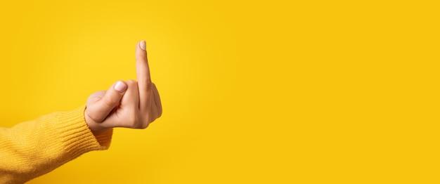 Fick handzeichen über gelbem hintergrund