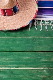 Fiestaholz-hintergrundmexikanische sombrerovertikale mexiko-cinco des mayo