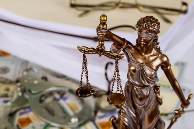 Figur der gerechtigkeit, die die waage der gerechtigkeit mit anwalt hält, der an dokumenten arbeitet