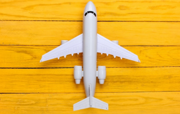 Figur des flugzeugs auf gelbem holz