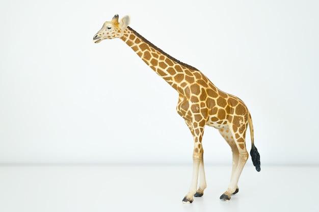 Figur einer giraffe auf weißem hintergrund