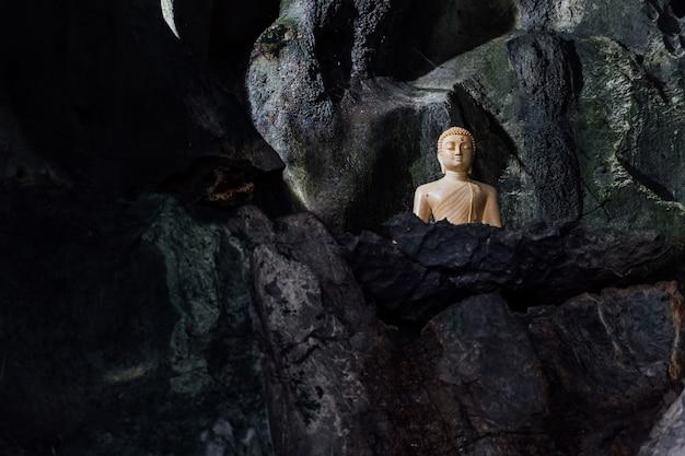 Figur eines buddha in einer höhle